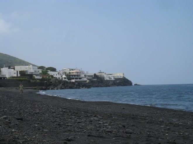 Plage de sable noir de Stromboli - Sicile
