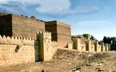 Murallas de Nínive, cuyo aspecto actual se debe a la reconstrucción impulsada por el gobierno iraquí en los años setenta.