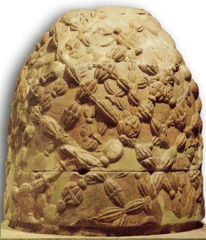Ónfalo de Delfos, objeto que simbolizaba el centro del Universo.