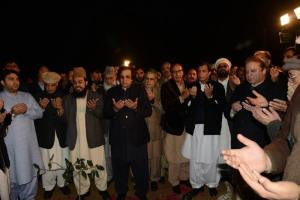 Nawaz Sharif offeing fatiha for his late brother abbas sharif