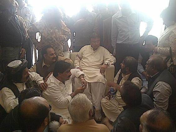 Musharraf ends his self-imposed exile with a prayer on arrival in Karachi24-3-13