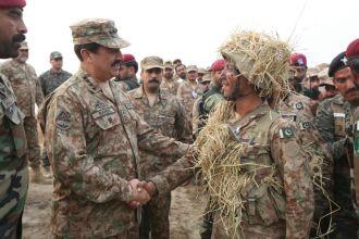 general-raheel-sharif-visited-field-area-near-lahore