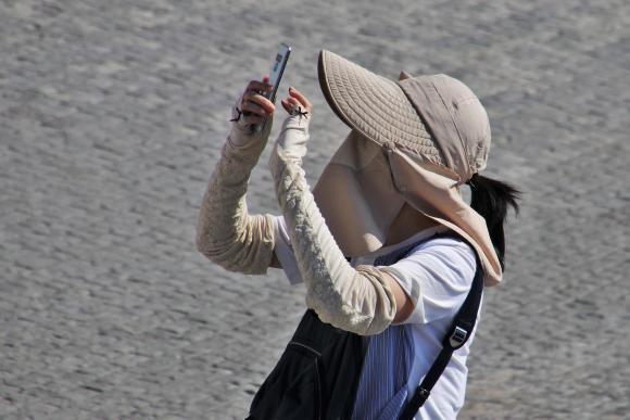 Turista sacándose un selfie. Imagen cogida de Pixabay