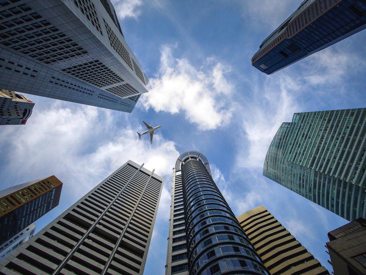 foto BME Growth rascacielos azul avion