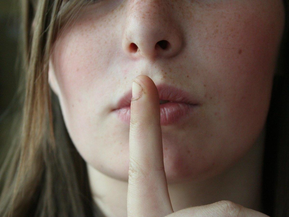 silencio mujer gesto