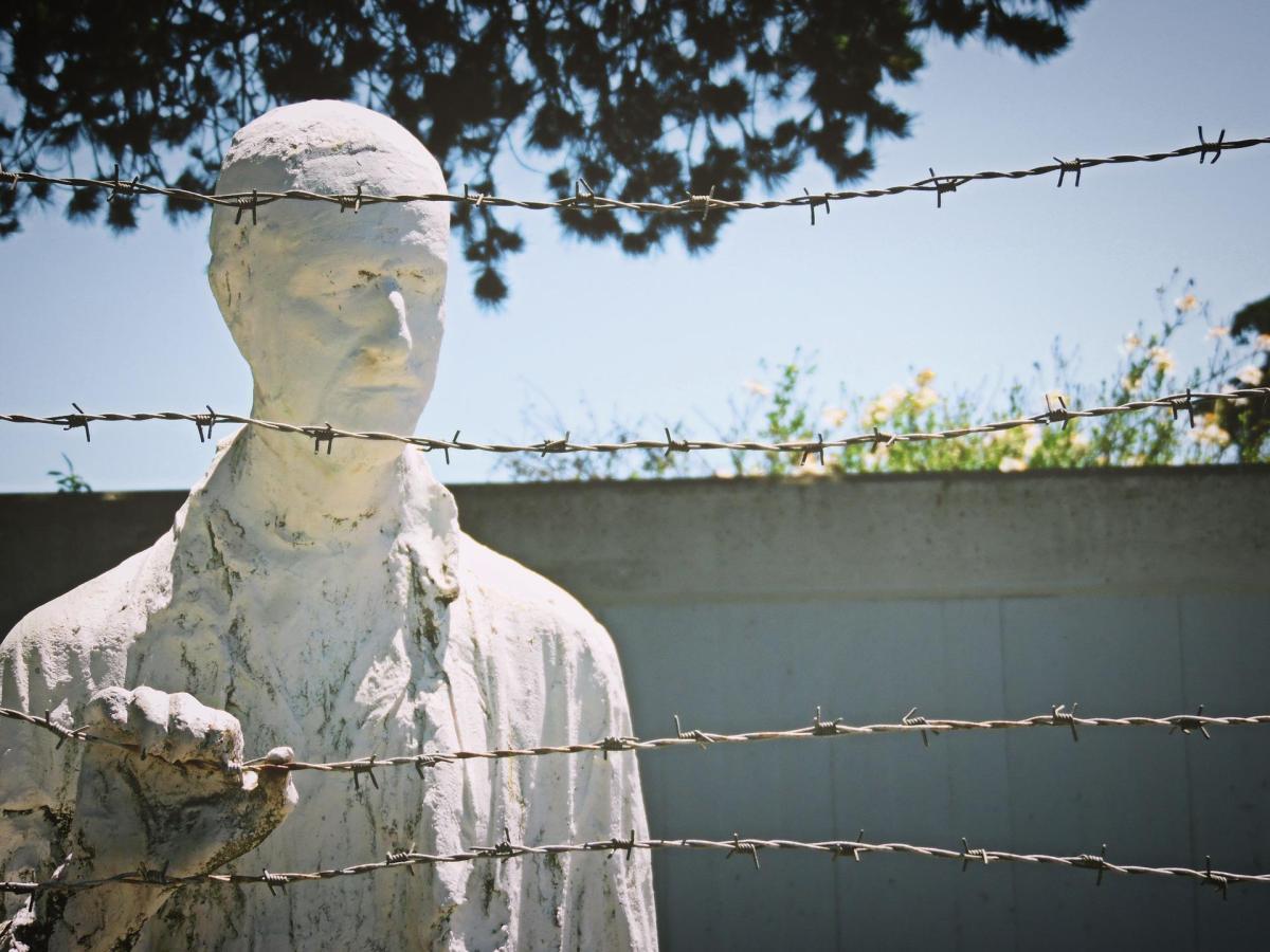 fantasmas estatua valla