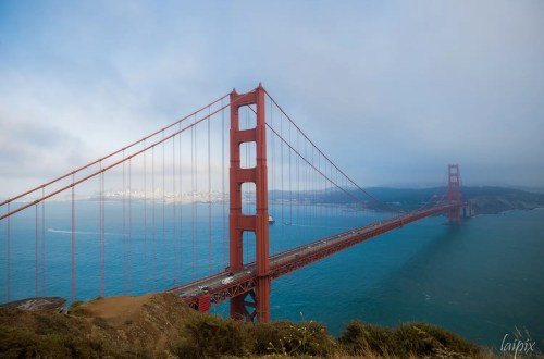 Rote Brücke Golden Gate über dem Meer mit Stadt San Francisco im Hintergrund