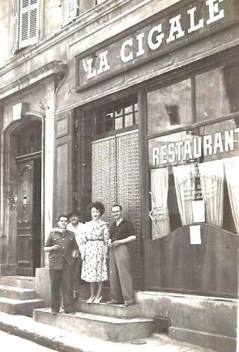 A droite Henri Pastore, restaurateur, avec le personnel du restaurant.