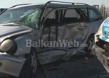 FOTO/ 'Benz'-i përplaset me furgonin në Korçë