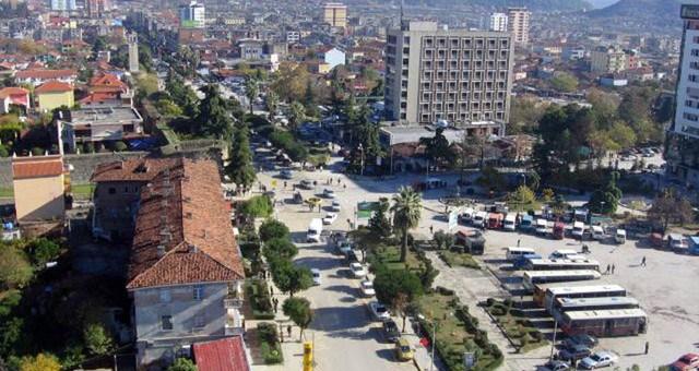 Sherr dhe rrahje me mjete të forta në Elbasan