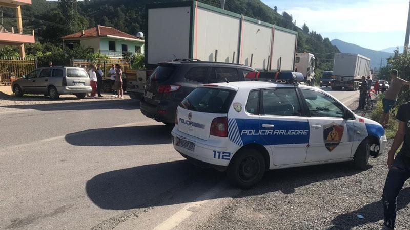Mungesë dokumentacioni dhe qarkullim me targa të mjeteve të tjera/ 5 makina të bllokuara në Lezhë
