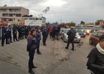 Foto dhe Video/ Vazhdon përplasja mes banorëve të Astirit dhe policisë