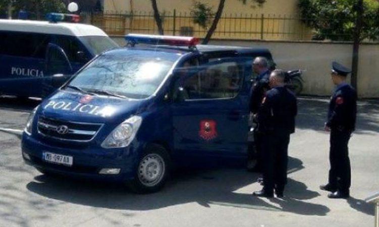 Plagoset me armë zjarri në dorë një 25-vjeçar në Kuçovë