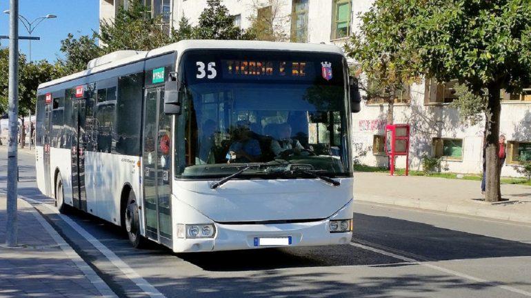 Autobusi i 'Tiranës së Re' del nga rruga dhe përplaset me pemën