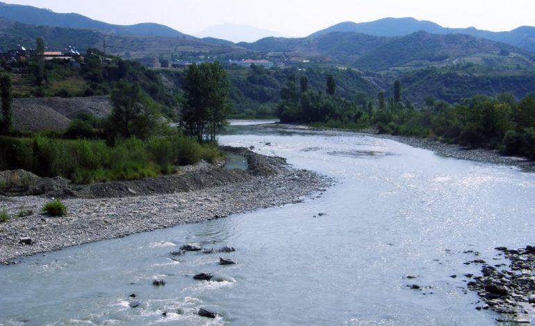 E rëndë në Berat/ U fut për t'u larë në lumë me bashkëmoshatarët
