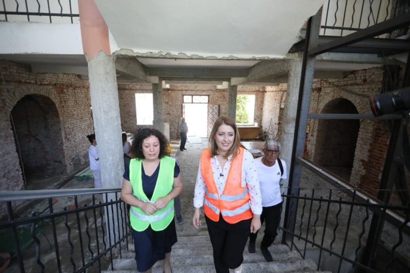 U dëmtua nga tërmeti/ Manastirliu inspekton punimet në Qendrën Terapeutike për Fëmijë: Brenda vitit funksionale!