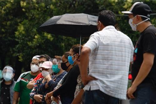 Familiares de pacientes internados en el Hospital General de Zona 1-A aguardan en los alrededores de la unidad médica para obtener informes de la salud de sus parientes.Foto: Roberto García Ortiz