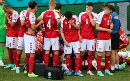 Cristian Eriksen es atendido tras colapsar en medio del partido de la Eurocopa entre Dinamarca y Finlandia. Foto: Afp