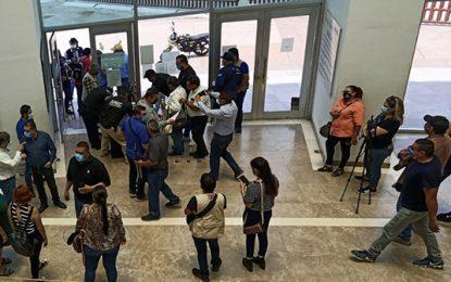 Se manifestaron frente a las instalaciones de la Fiscalía General de Justicia del Estado de Sonora con sede en Cajeme. Foto Cristina Gómez