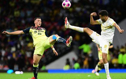 Una de las jugadas del encuentro celebrado en el estadio Azteca. Foto Afp