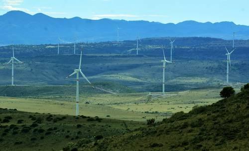 De acuerdo con la Sener, entre enero y agosto de este año 12% de la energía generada se produjo en parques eólicos y de paneles solares fotovoltaicos, la mayoría privados. En la imagen de archivo, el parque eólico La Bufa 1, ubicado en el ejido El Orito, municipio de Zacatecas. Foto: Alfredo Valadez