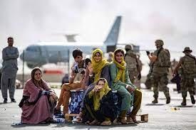 Menores evacuados de sus hogares en Afganistán esperan su vuelo en el aeropuerto internacional de Kabul. Foto: Afp / Archivo