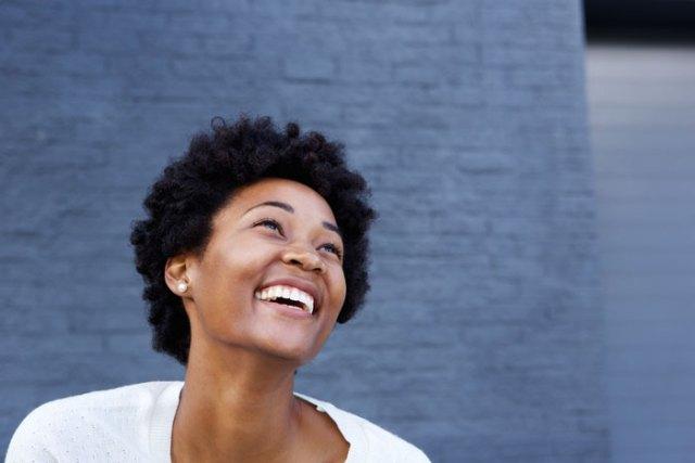 celibataire-heureuse-sourire