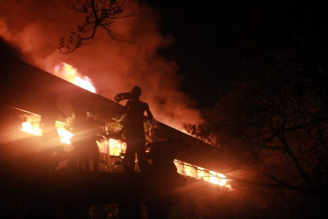 2016 UP Faculty Center Fire (photograph by Chad Booc / Rappler)