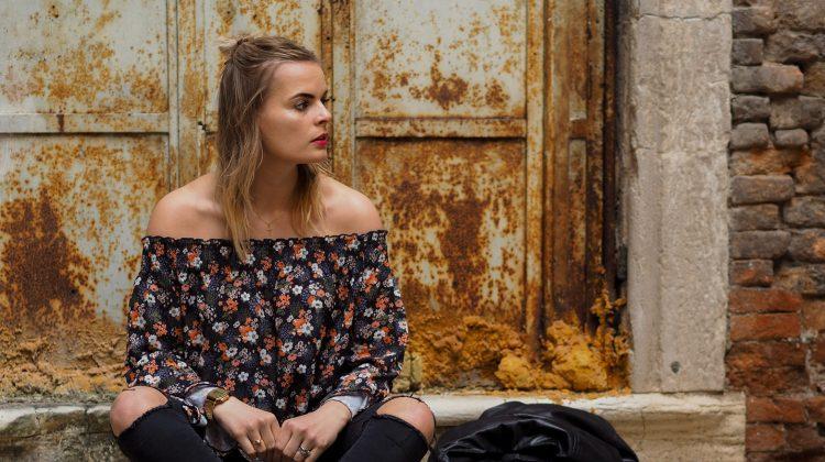 Outfit – Hippie Bluse, Slippers und Netzstrümpfe