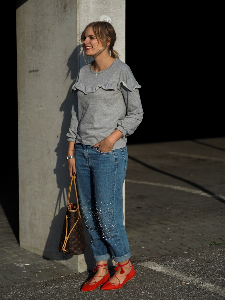 Rote Schuhe, Mom Jeans, LV Neverfull, Streetlook, Grauer Sweater