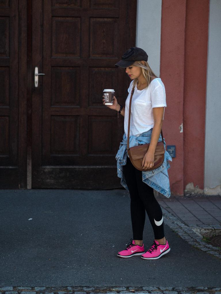 Athleisure Sportmode Streetstyle Pinke Sportschuhe Nike Cap Weißes T-Shirt Jeansjacke Braune Tasche Blond Streetstyle Fashion Modeblog Modeblogger Lakatyfox Fashionblogger