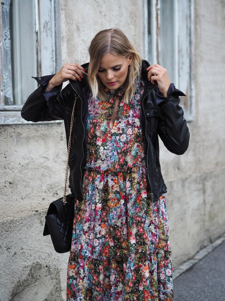 Blumenkleid, HM, Streetstyle, Herbstlook, Outfit, Fashion, Fashionblogger, Blogger, Boots, Lederjacke, Blond, Flowerprint, Flower, print, Langarmkleid, dress, lakatyfox