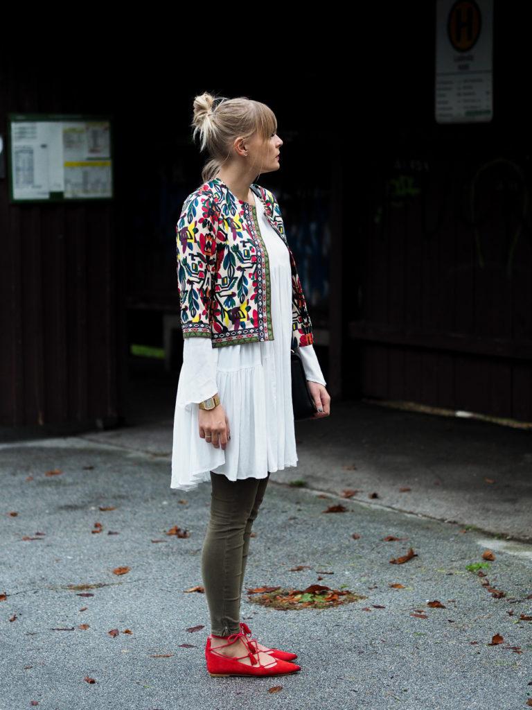 weißes Kleid, streetlook, herbstrend, olive, blond, fashionblogger, streetstyle,herbstfarben, outfit, fashion, modeblog, trend, lakatyfox-