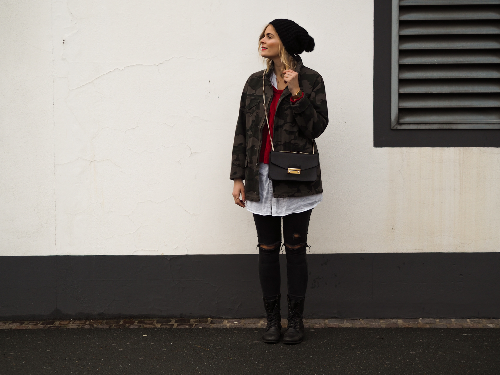 military style, furla tasche, roter Strickpullover, Haube, Weiße Bluse, Ripped Jeans, Boots, Streetlook, Winterlook, Casio Uhr