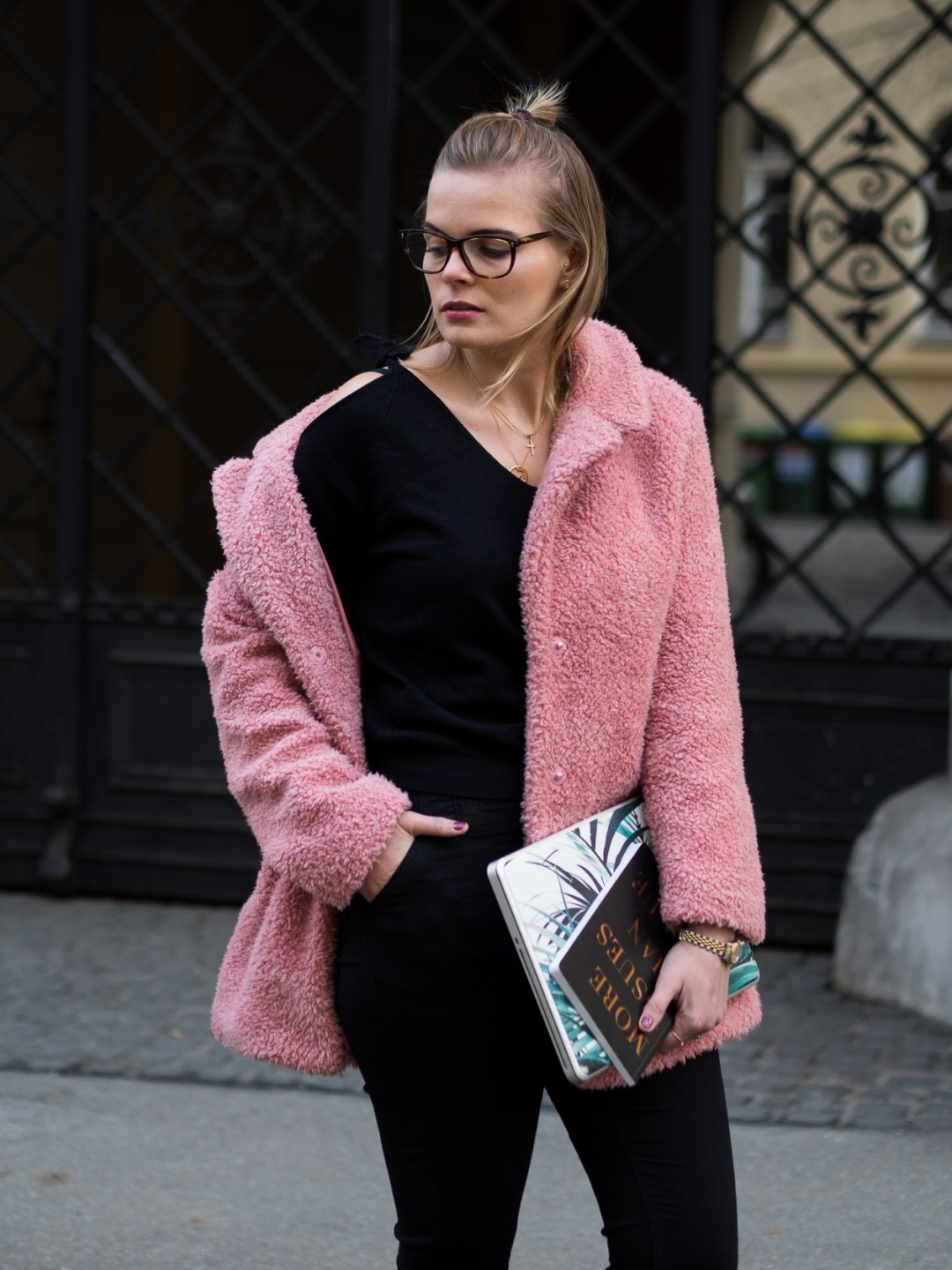 Fellmantel, Fluffy Coat, Fake Fur Mantel, Schwarzer Pullover, Schwarze Hose, Fashion, Day to night LookA
