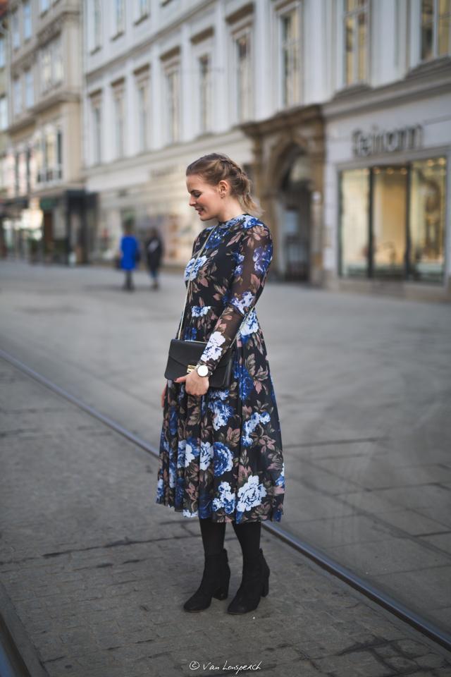 Blaues Blumenkleid kombinieren, elegantes Kleid, Blaues Kleid, fashion, inspiration, outfitidee, www.lakatyfox.com (4)