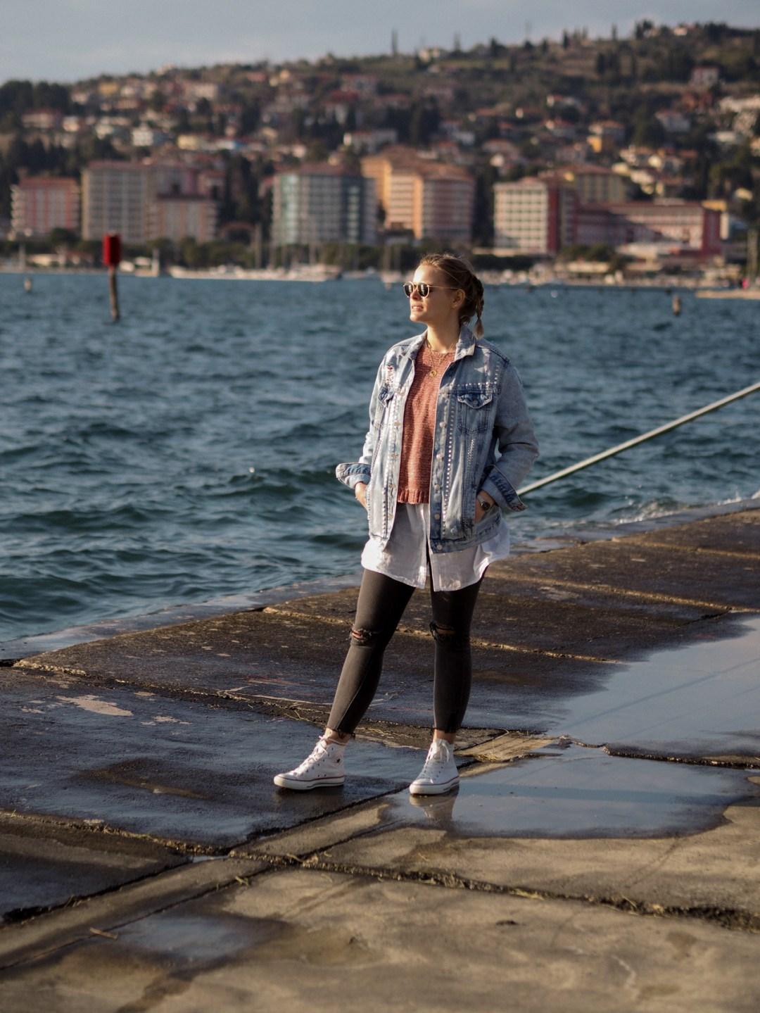 Jeansjacke kombinieren, layering, ripped jeans kombinieren, Converse kombinieren, streetstyle, fashion, outfit, stylen, www.lakatyfox.com