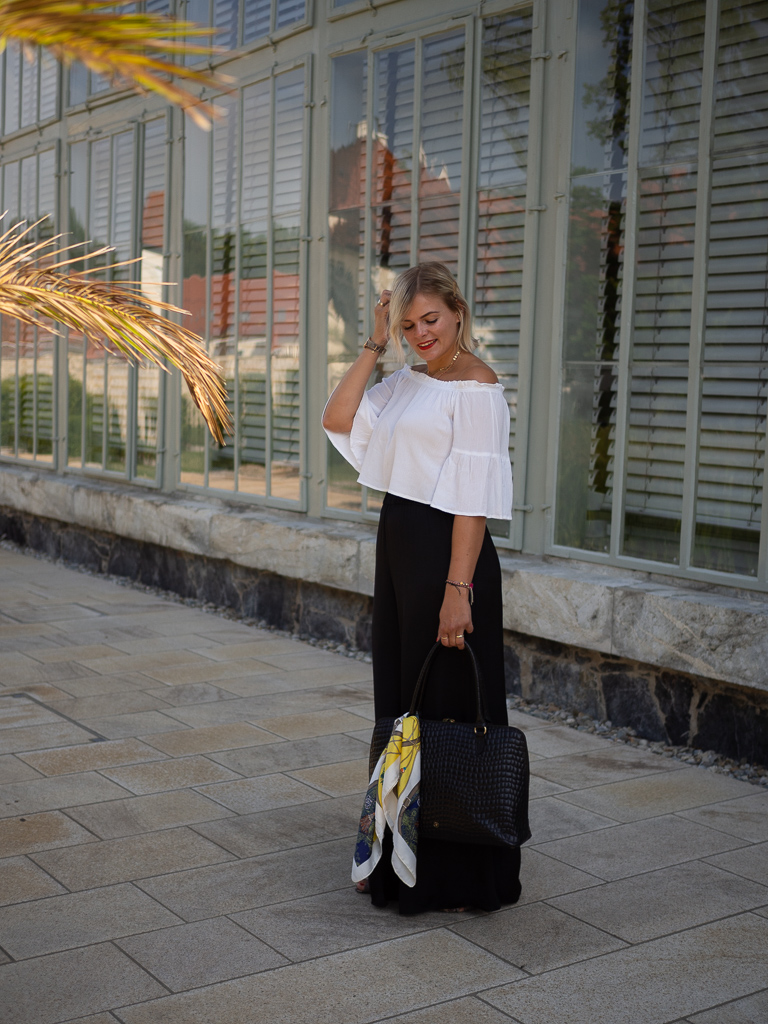 Palazzo Hose stylen, schwarze Palazzohose, Business Look, Black and White Look, Outfit, Outfitinspiration, Laptoptasche, Modeblogger, off shoulder Bluse, Blond