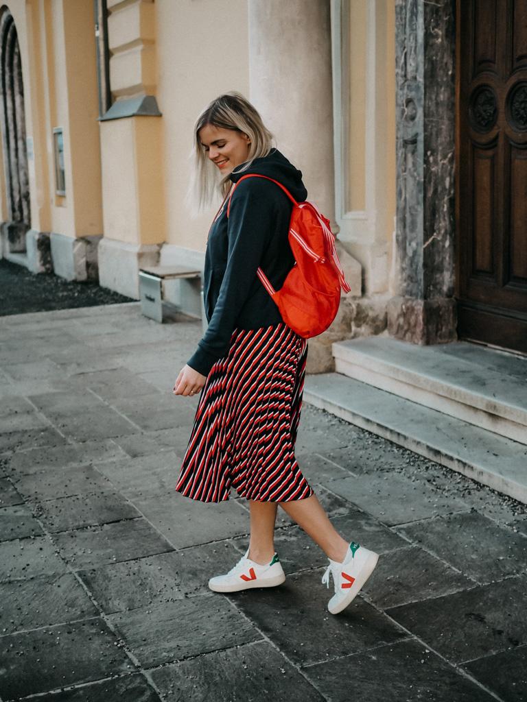 Plisseerock, rot-blau gestreifter Rock, Kapuzenpullover, Frühlingslook, Fashionblogger, weiße Sneakers