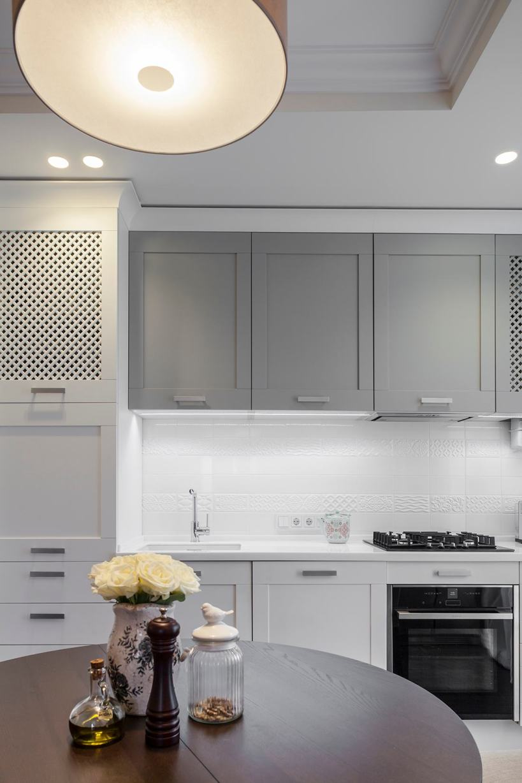 Сравнение готового дизайна интерьера и планировки: квартира 46м2 в бежевых, серых, белых тонах, натуральные материалы