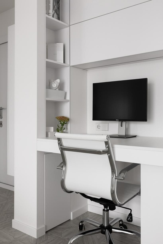 Кухонная мебель, замаскированная под гардероб, в маленькой женской квартире с белоснежной мебельной галереей