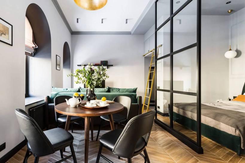 Элегантный дизайн, серый, зеленый и золотой, стеклянная стена в квартире 33м2