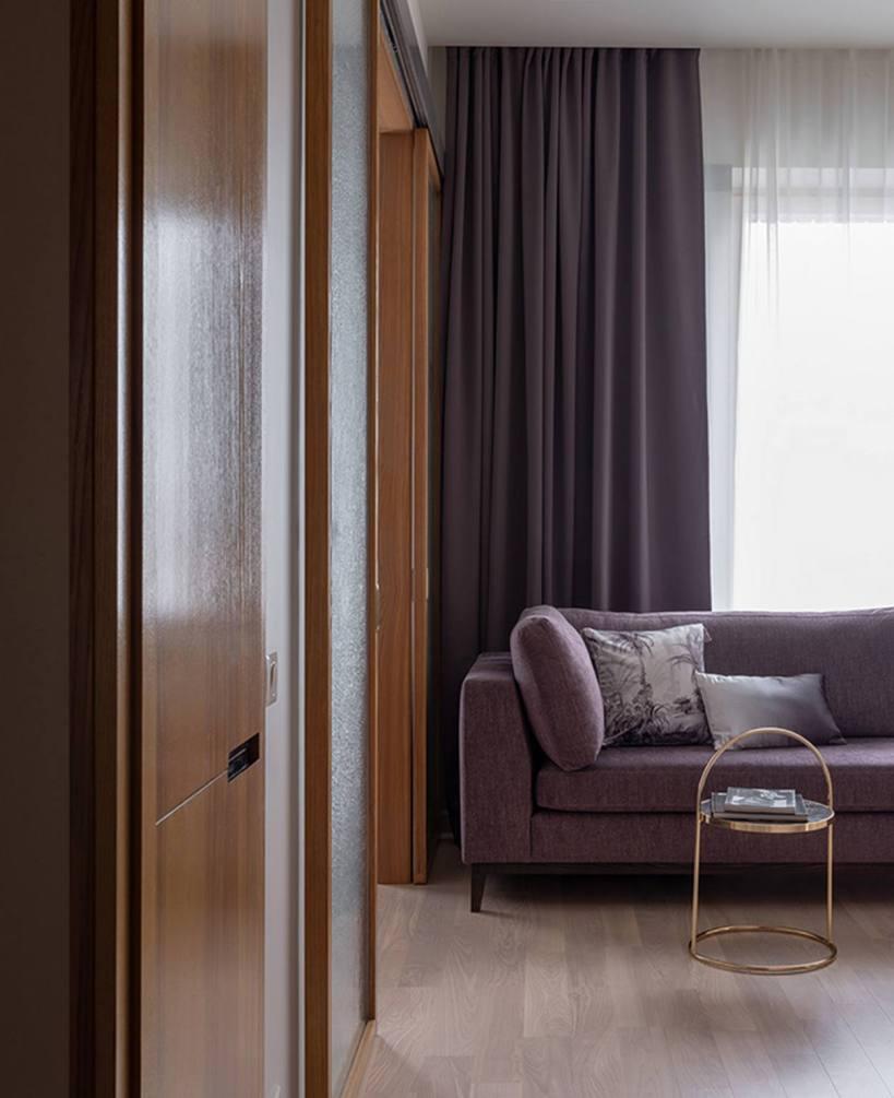Элегантная и нежно женственная меблировка новой небольшой квартиры на 33м2, пространство разделено раздвижными дверями.