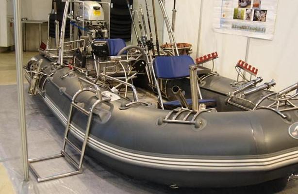 Bateau en PVC en réparation