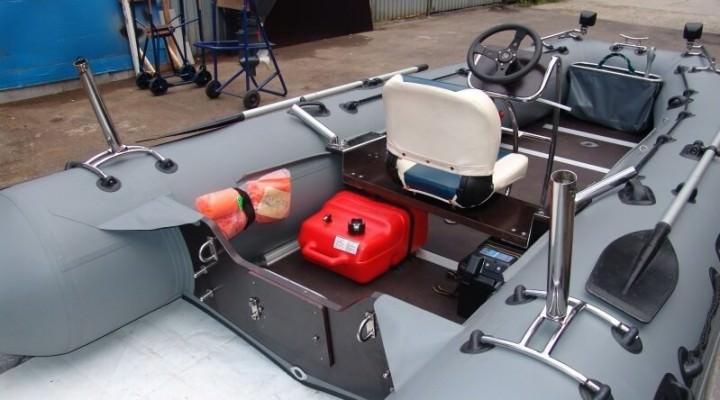 قارب مع مقعد