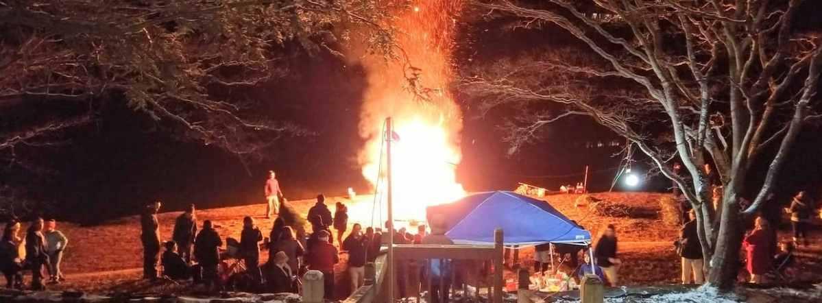 Christmas Tree Bonfire on the Beach – Lake Reynovia