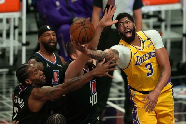 Anthony Davis suffers another injury during Lakers-Clippers game - Lakers  Daily