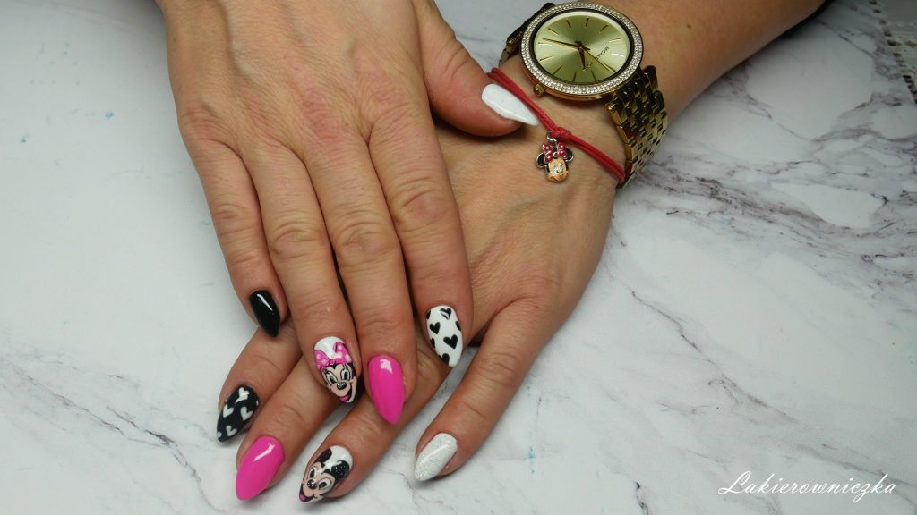 Myszka-Miki-na-paznokciach-hybrydowych-Semilac-008-intensive-pink-biala-hybryda-czarna-Lakierowniczka-zdobienie-serca-Myszka Miki na paznokciach