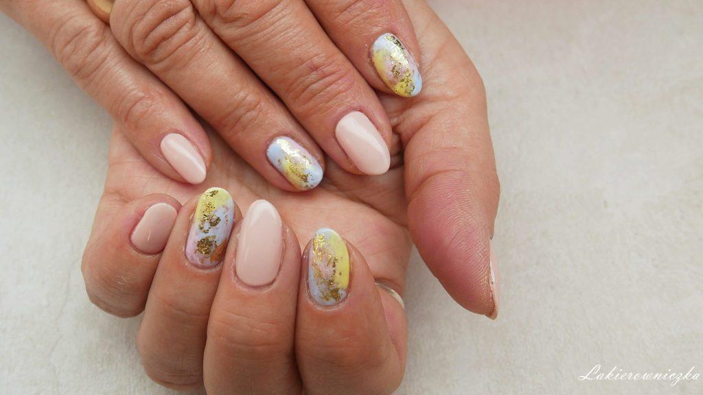 jasny-bezowe-paznokcie-nude-Dolce-Vita-Nails-011-baby-girl-pastele-pastelowe-pastel-nails-zlota-folia-transferowa-Lakierowniczka