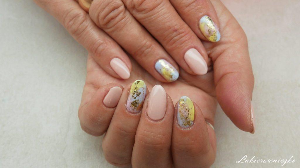 jasny-bezowe-paznokcie-nude-Dolce-Vita-Nails-011-baby-girl-pastele-pastelowe-pastel-nails-zlota-folia-transferowa-Lakierowniczka-beżowe paznokcie nude